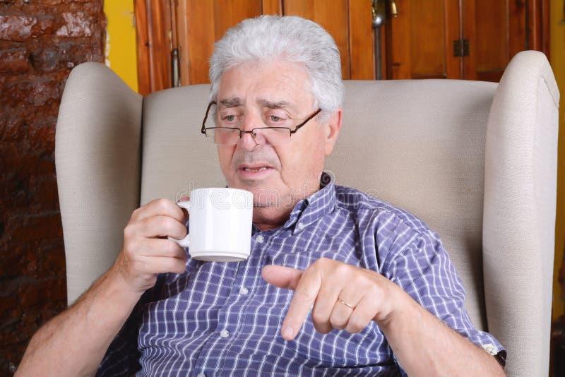 Trinkender Kaffee des alten Mannes stockfoto