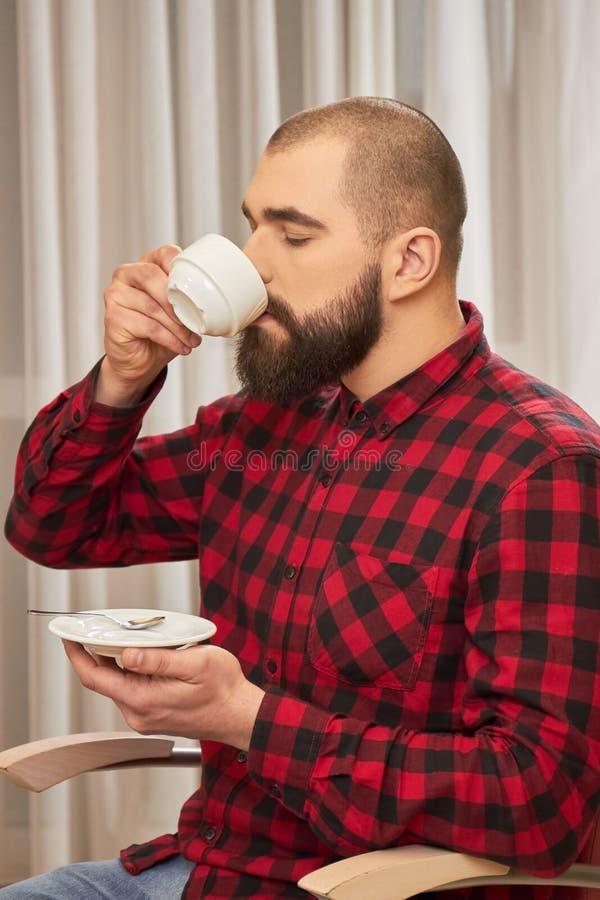 Trinkender Kaffee des bärtigen Mannes stockbilder