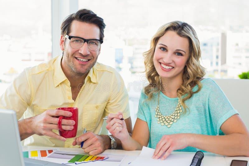 Trinkender Kaffee des Innenarchitekten am Schreibtisch stockfotos