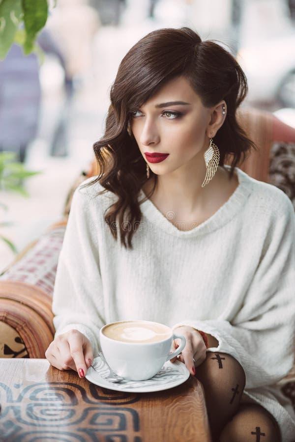 Trinkender Kaffee des jungen Mädchens stockbild