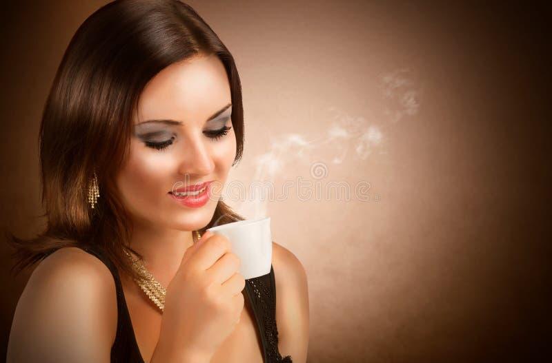 Trinkender Kaffee des schönen Mädchens stockbilder