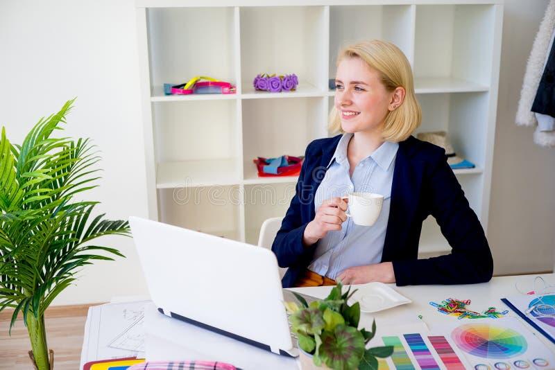 Trinkender Kaffee des weiblichen Designers stockbild