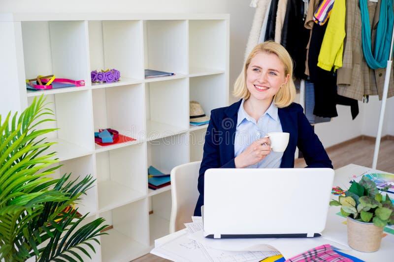 Trinkender Kaffee des weiblichen Designers stockfotografie