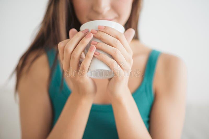 Trinkender Kaffee im Bett stockfotos