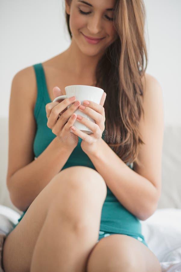 Trinkender Kaffee im Bett lizenzfreie stockfotografie