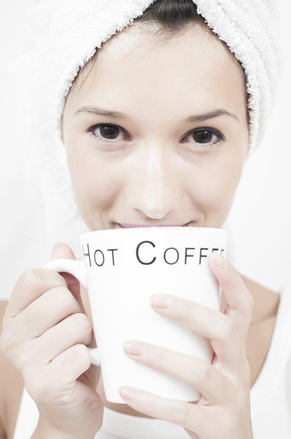 Trinkender Kaffee nach einer Dusche morgens lizenzfreie stockbilder