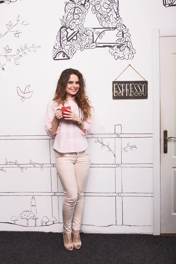 Trinkender Kaffee oder Tee der Geschäftsfrau lizenzfreies stockbild