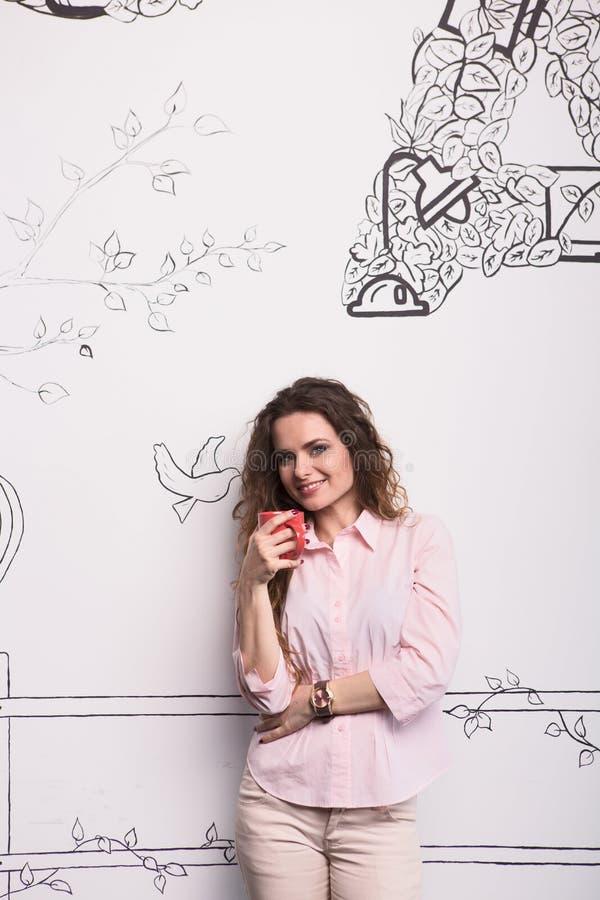 Trinkender Kaffee oder Tee der Geschäftsfrau stockfoto