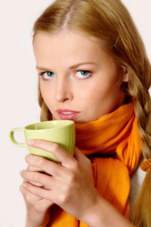 Trinkender Kaffee oder Tee des Mädchens stockfoto