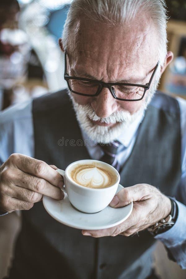 Trinkender Kaffee Ssenior-Geschäftsmannes Über Ansicht lizenzfreie stockfotografie