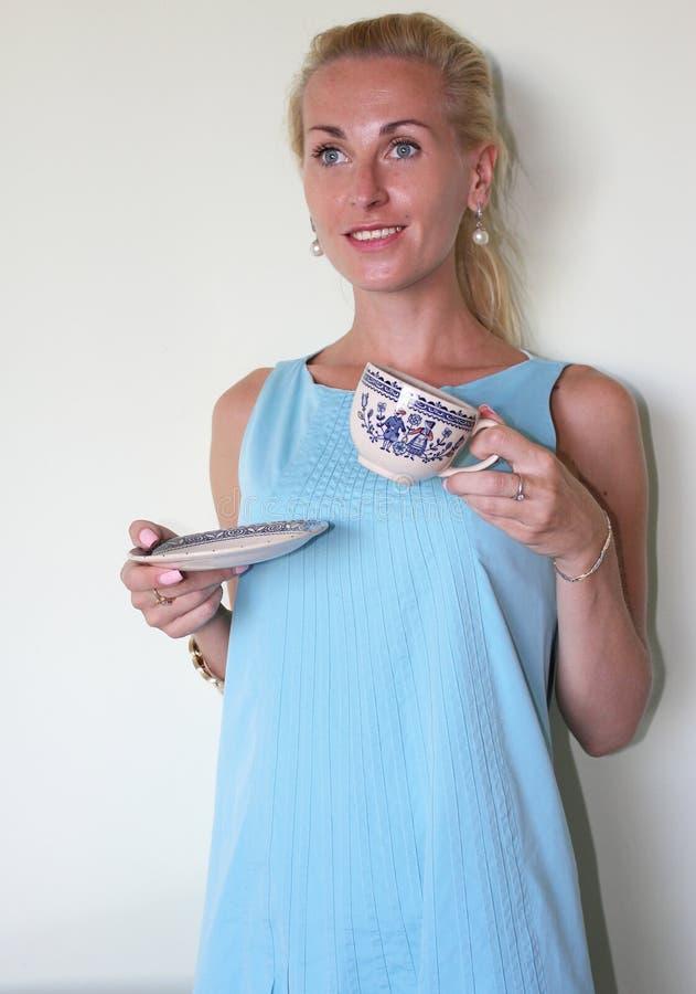 Trinkender Kaffee vom traditionellen griechischen Kaffeesatz lizenzfreie stockfotos