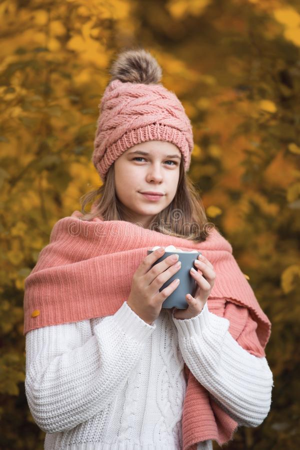Trinkender Kakao des Mädchens im Herbstpark stockfotografie