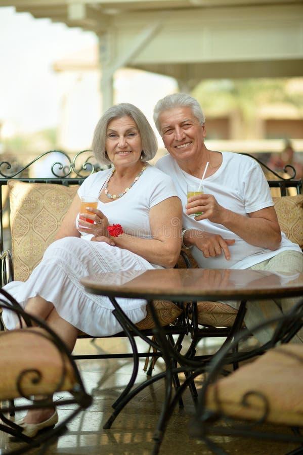 Trinkender Saft der alten Paare stockbilder