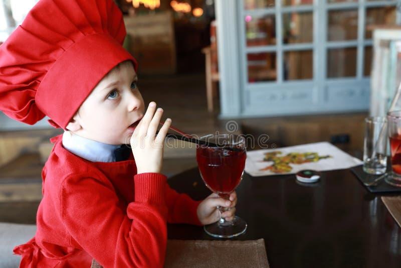 Trinkender Saft des Kindes lizenzfreies stockbild