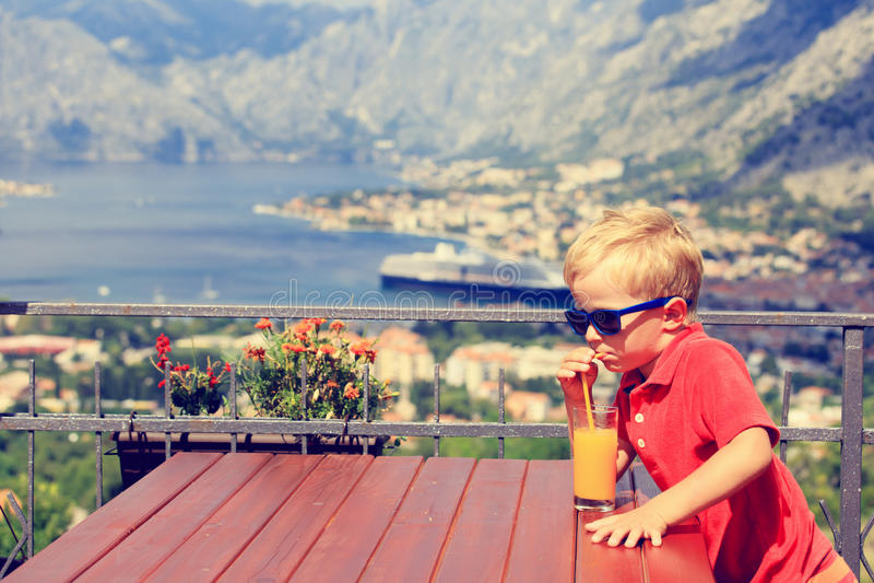 Trinkender Saft des kleinen Jungen im Café stockbilder