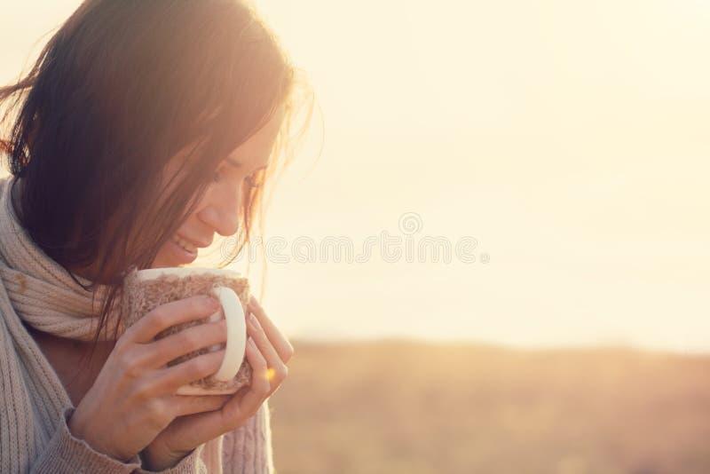 Trinkender Tee lizenzfreie stockfotografie