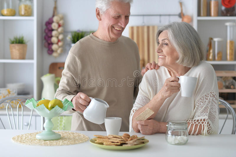 Trinkender Tee der älteren Paare stockfotos