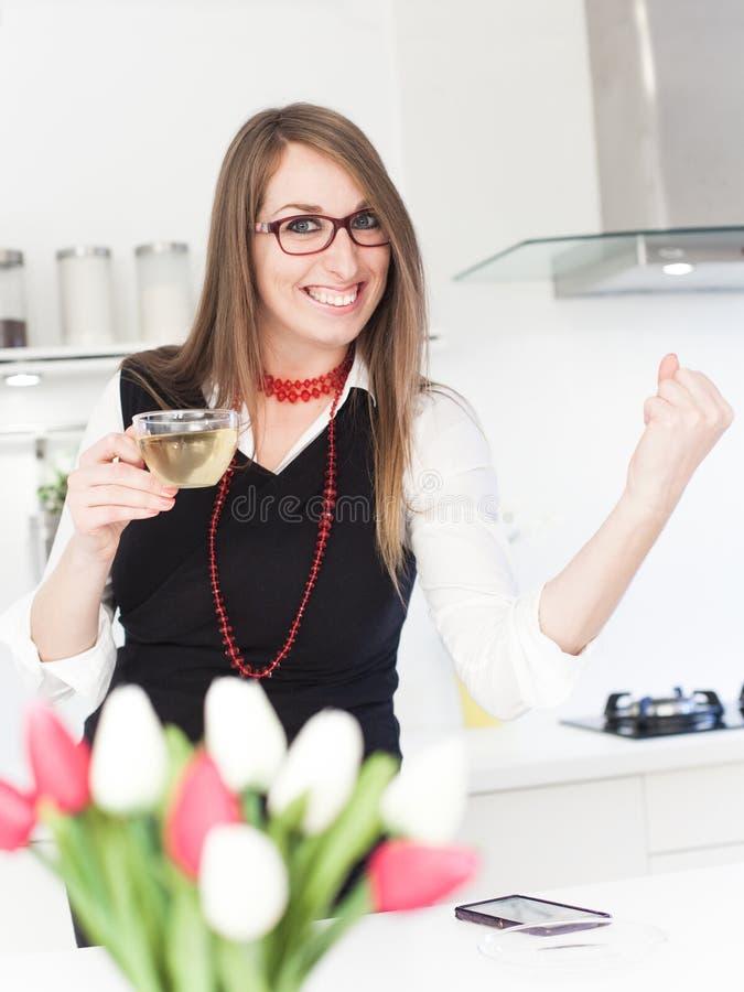 Trinkender Tee der Geschäftsfrau lizenzfreies stockbild