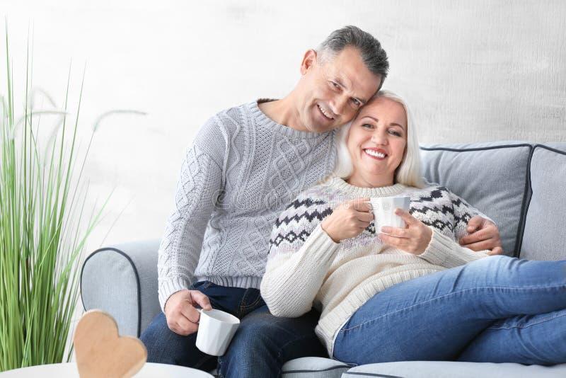 Trinkender Tee der glücklichen reifen Paare stockbilder