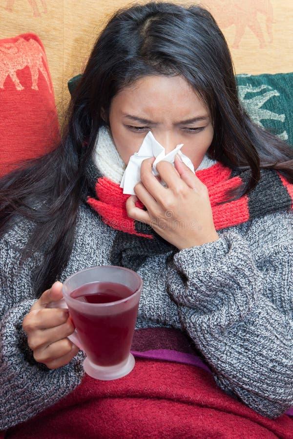 Trinkender Tee der kranken Frau stockfotografie