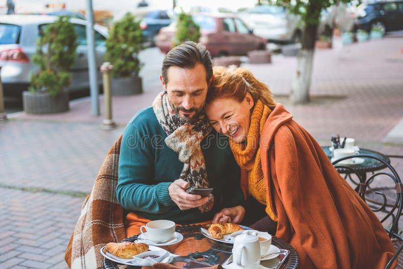 Trinkender Tee der reifen liebevollen Paare draußen lizenzfreies stockbild