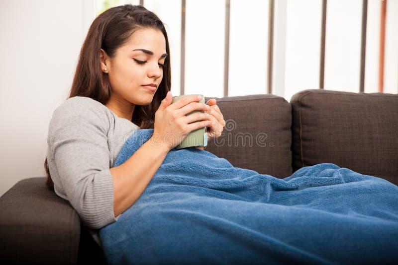 Trinkender Tee an einem kalten Morgen lizenzfreies stockfoto