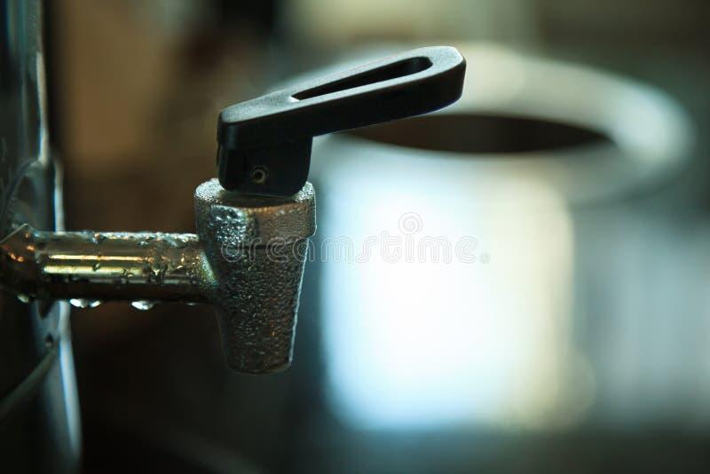 Trinkender Wasserspender des kalten Edelstahls mit Kondenswassertröpfchen auf der Oberfläche Erfrischung, Getränkkältetrinkwasser stockbild