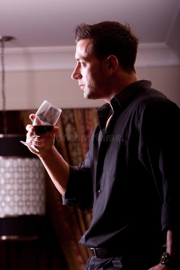 Trinkender Wein stockfoto