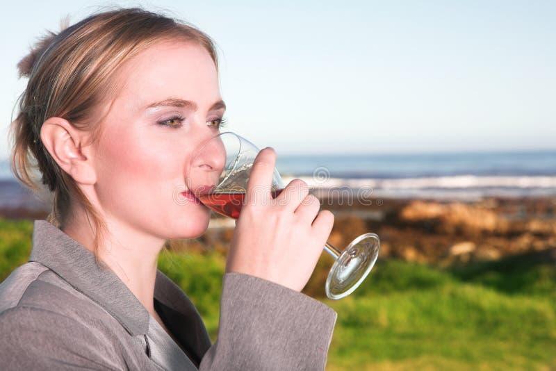 Trinkender Wein der Frau lizenzfreies stockbild