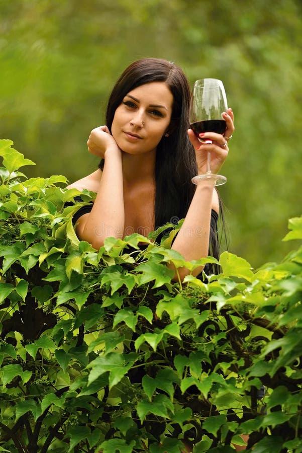 Trinkender Wein der Frau lizenzfreie stockbilder
