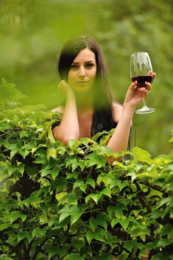 Trinkender Wein der Frau stockfoto