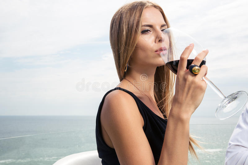 Trinkender Wein der Frau stockfotografie