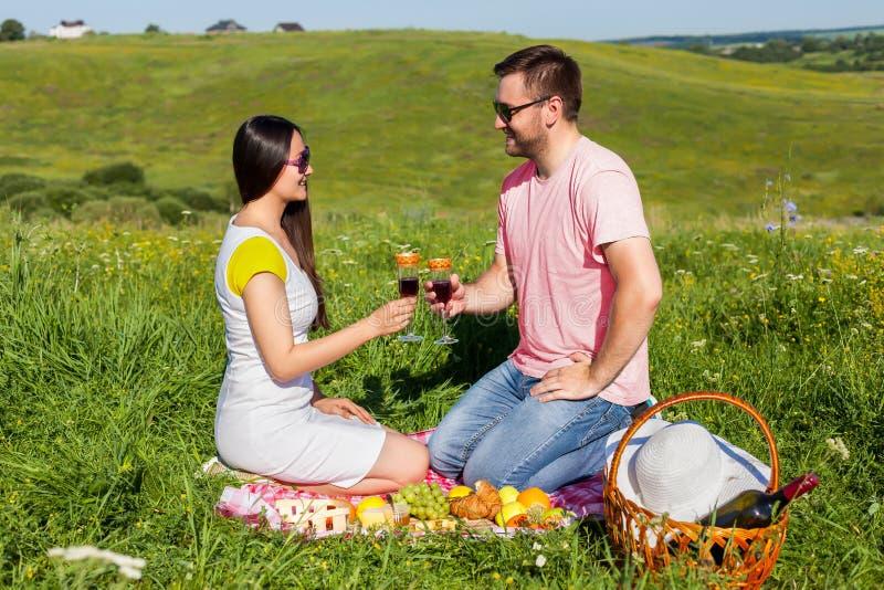 Trinkender Wein der jungen Paare stockfoto