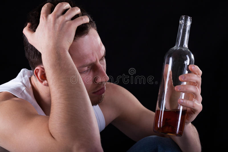 Trinkender Wein des Alkoholikers stockbild
