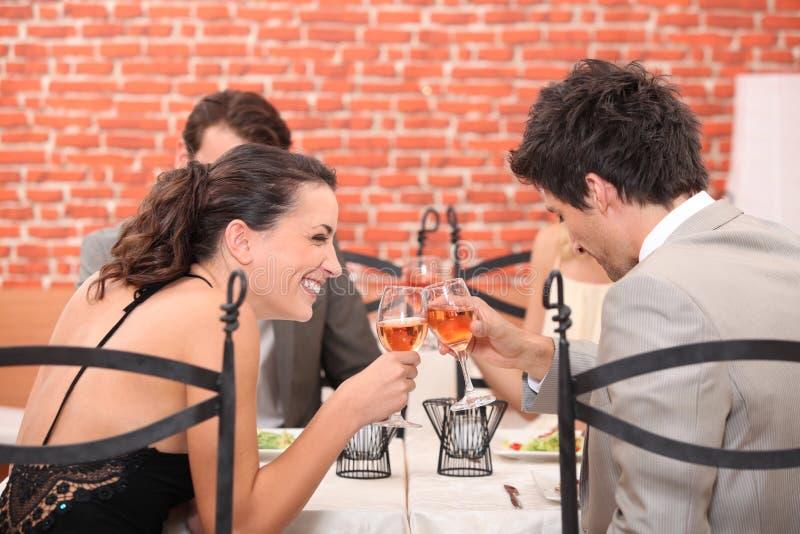 Trinkender Wein des glücklichen Paars stockfoto