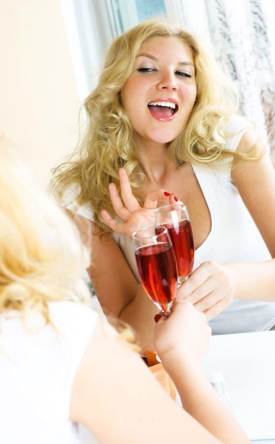 Trinkender Wein des hübschen Mädchens stockfoto