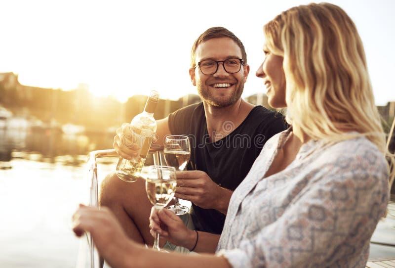 Trinkender Wein des Mannes und der Frau lizenzfreies stockbild