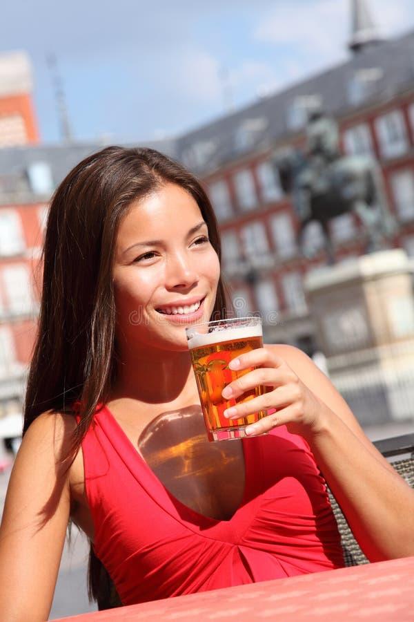 Trinkendes Bier der Frau lizenzfreie stockfotografie