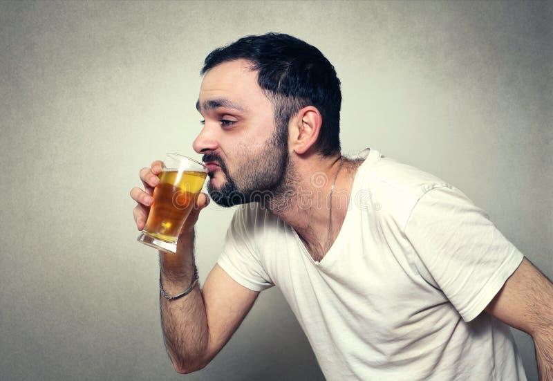 trinkendes Bier des bärtigen Mannes lizenzfreies stockbild