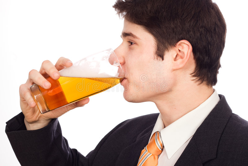 Trinkendes Bier des jungen Mannes