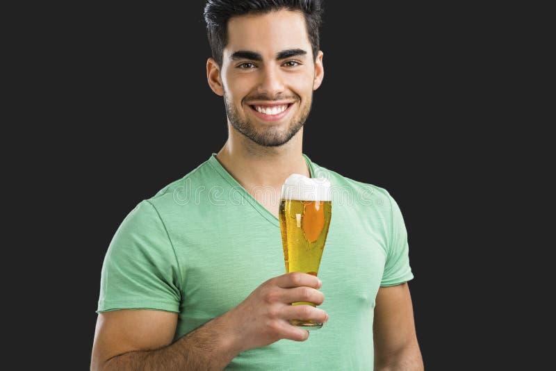 Trinkendes Bier des jungen Mannes lizenzfreie stockbilder
