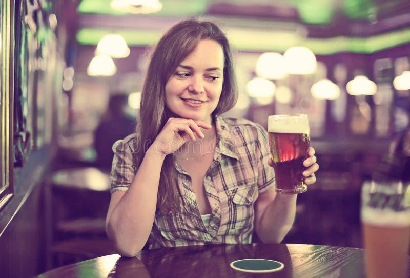 Trinkendes Bier des schönen sexy Mädchens stockbild