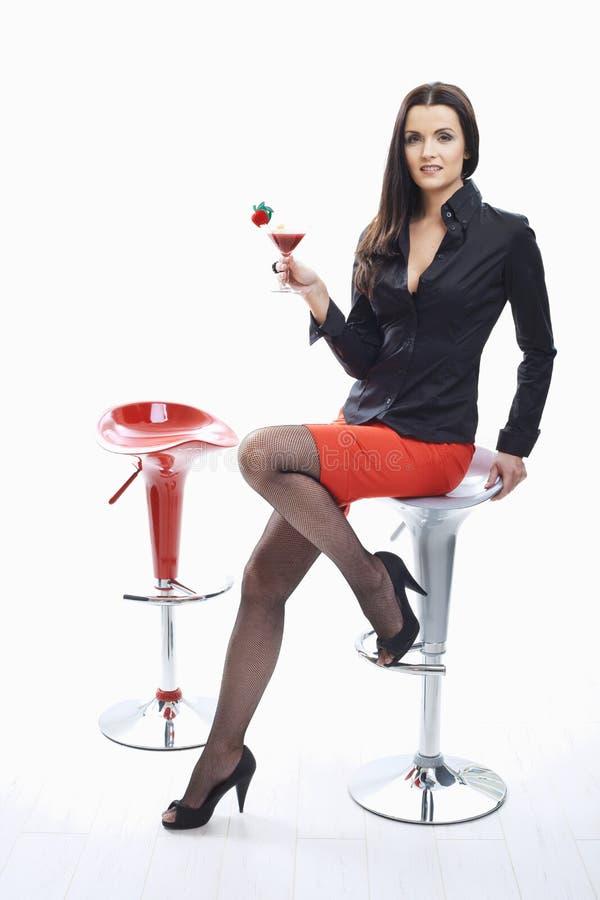 Trinkendes Cocktail der Frau stockbilder
