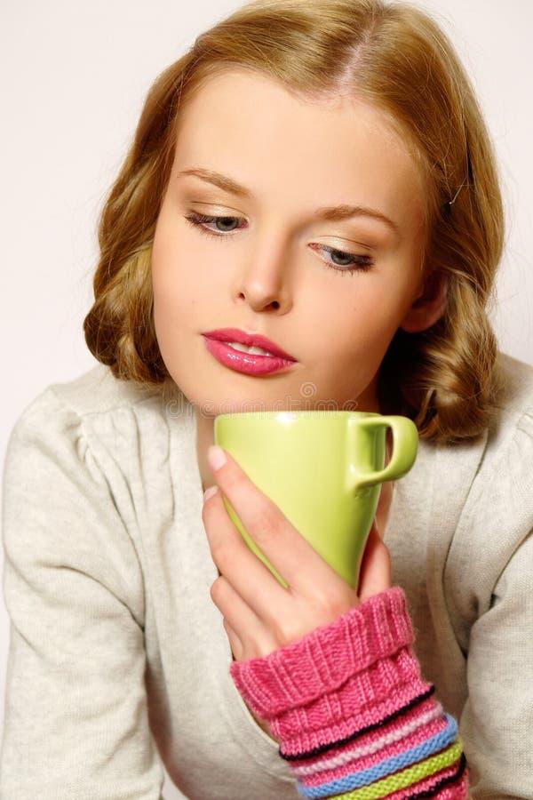 Trinkendes coffe oder Tee des Mädchens stockbilder