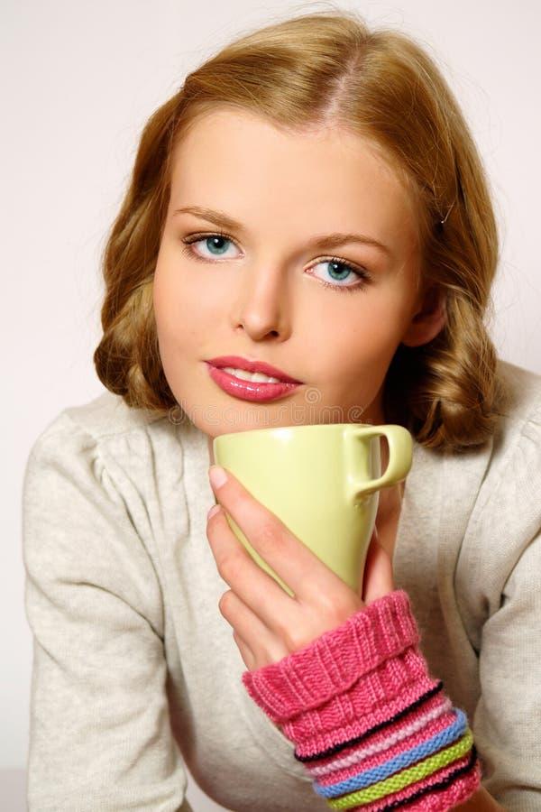 Trinkendes coffe oder Tee des Mädchens lizenzfreie stockfotos