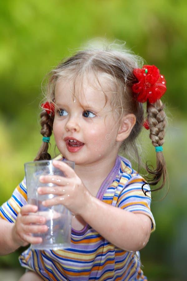 Trinkendes Glas des Kindes Wasser. stockfoto