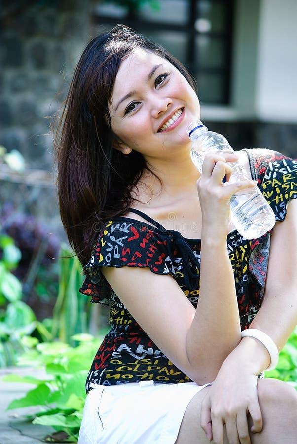 Trinkendes Mineralwasser lizenzfreie stockfotos