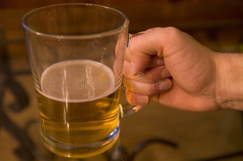 Trinkendes Pint des Mannes Bier stockfotografie