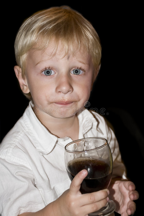 Trinkendes Soda des Jungen lizenzfreies stockfoto