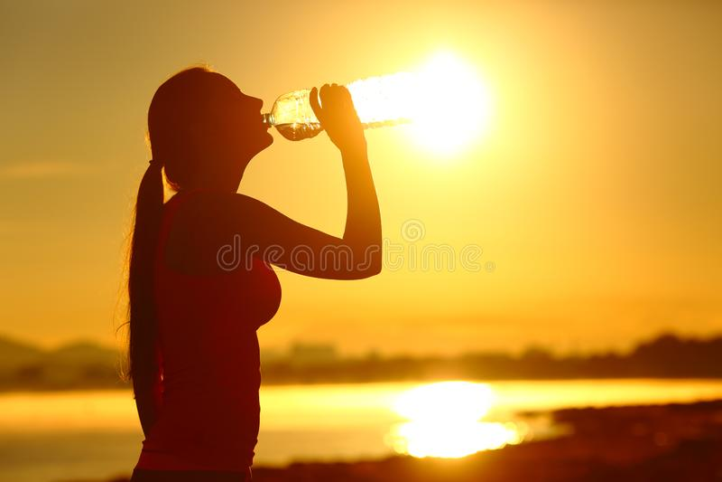 Trinkendes Tafelwasser der Sportlerin nach Sport stockfoto